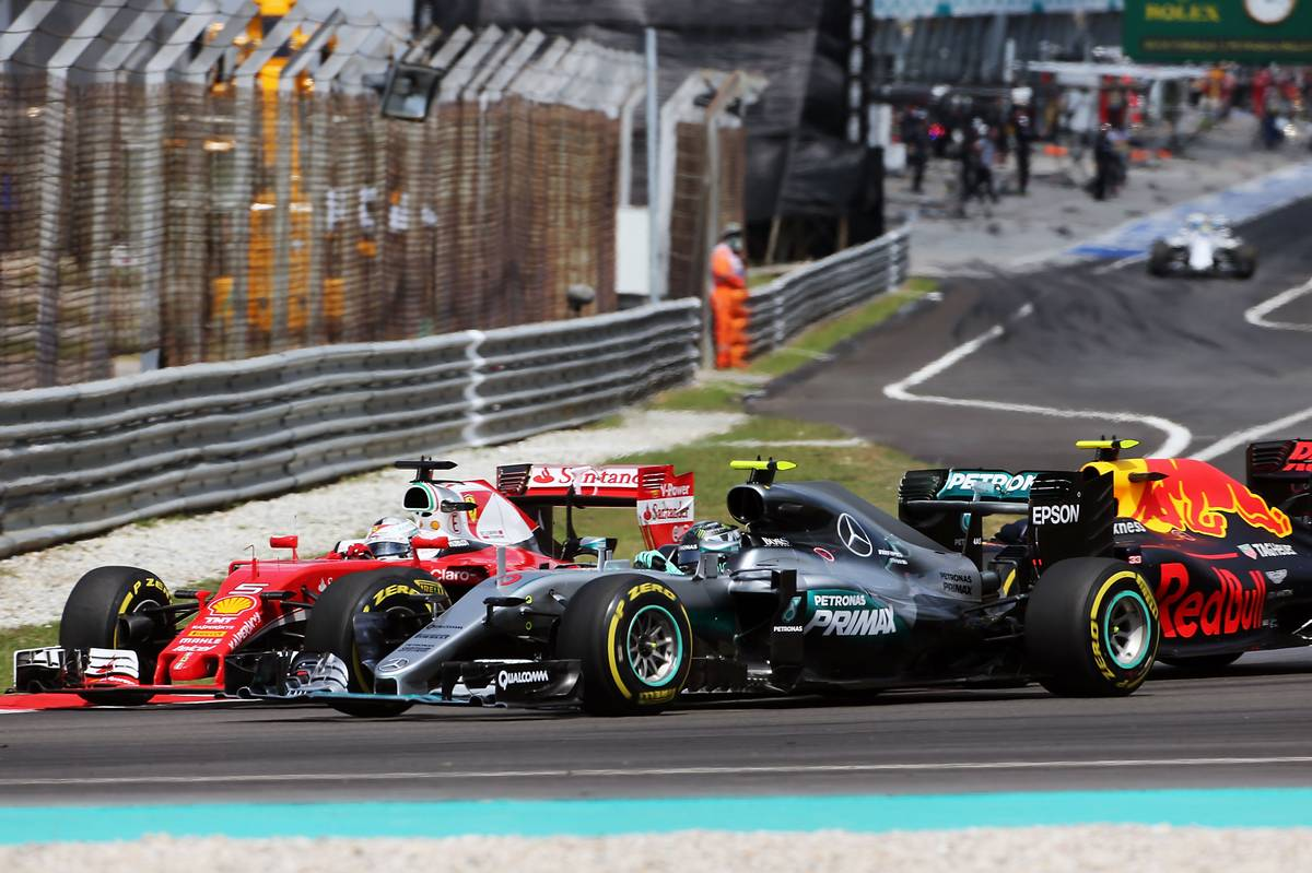 Sebastian Vettel (GER) Ferrari SF16-H, Nico Rosberg (GER) Mercedes AMG F1 W07 Hybrid, and Max Verstappen (NLD) Red Bull Racing RB12 collide at the start of the race.