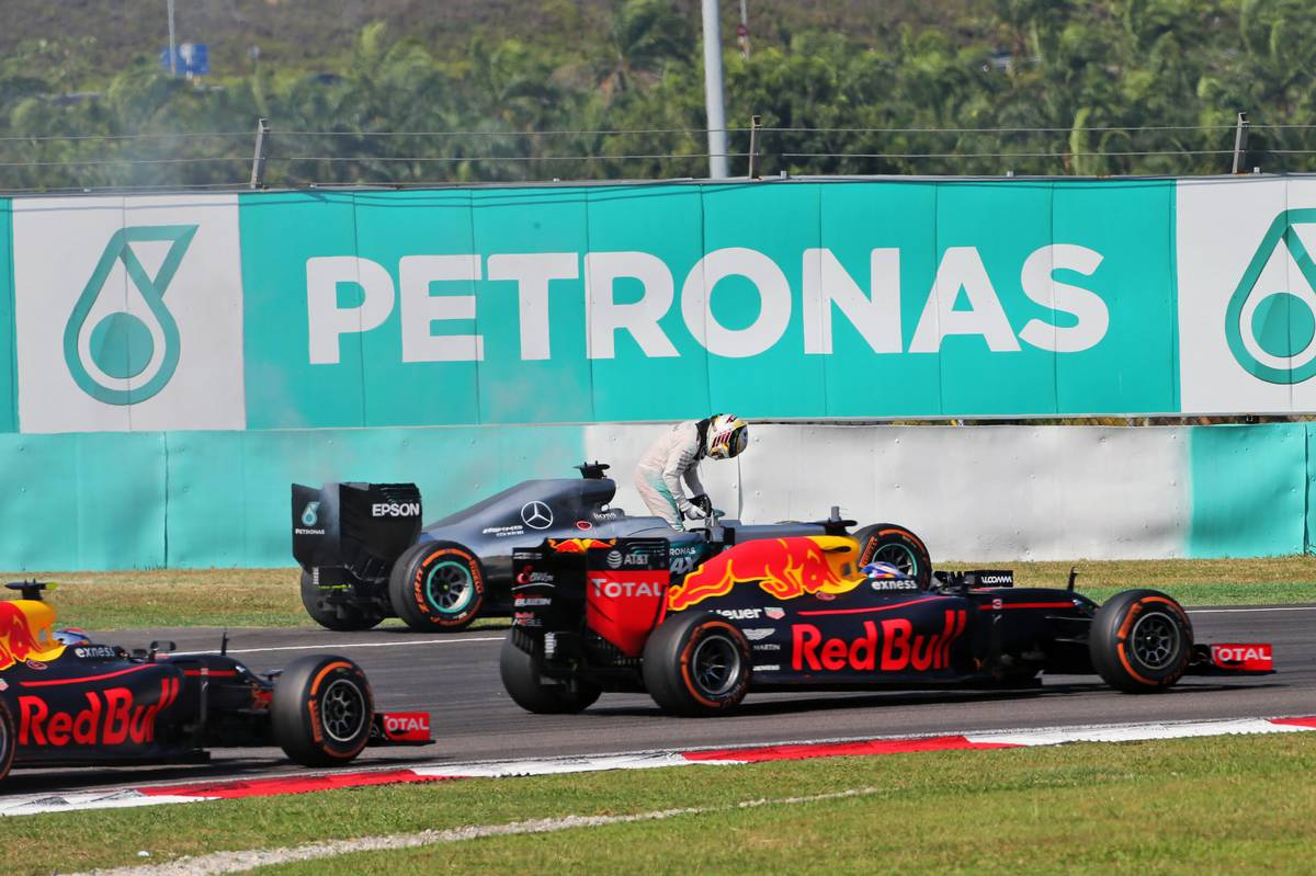 Lewis Hamilton (GBR) Mercedes AMG F1 W07 Hybrid retired from the race with a blown engine, and is passed by Daniel Ricciardo (AUS) Red Bull Racing RB12 and Max Verstappen (NLD) Red Bull Racing RB12.