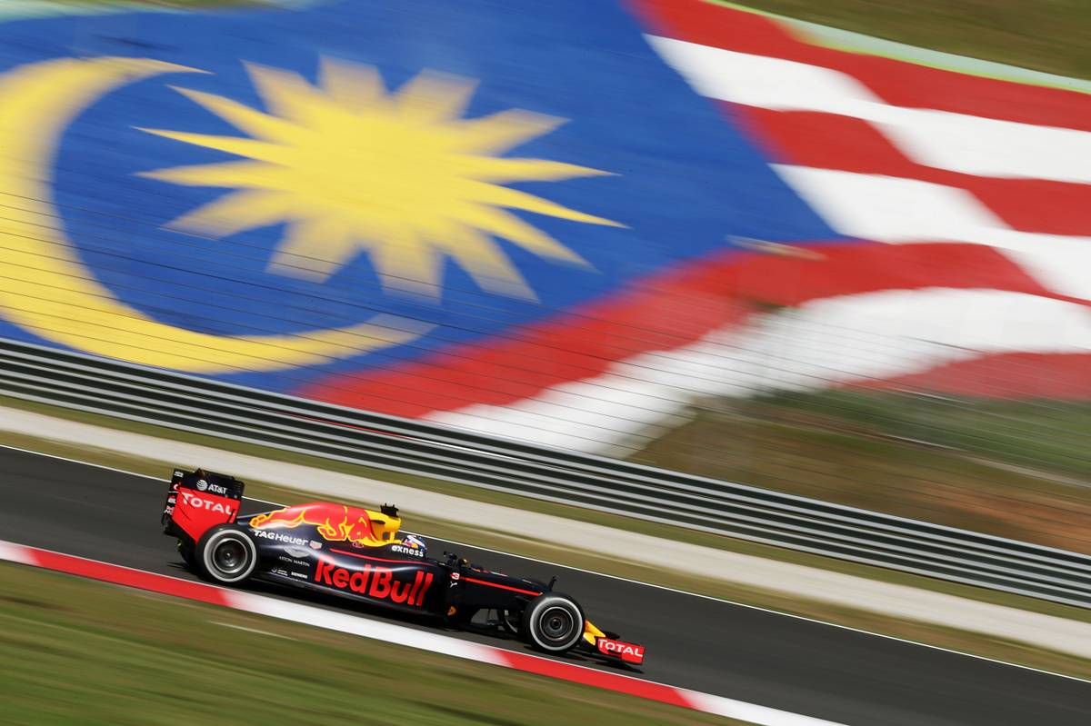 Daniel Ricciardo (AUS) Red Bull Racing RB12.