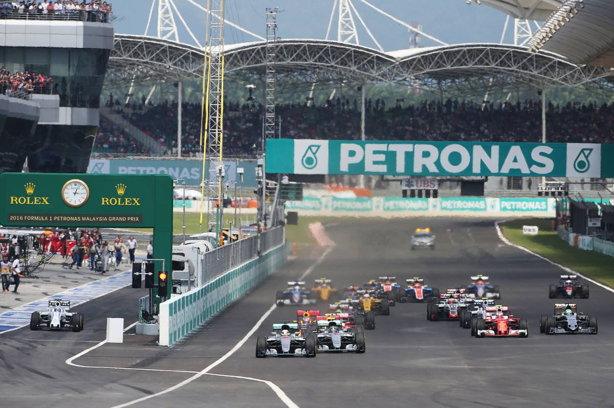 Lewis Hamilton (GBR) Mercedes AMG F1 W07 Hybrid leads at the start of the race.