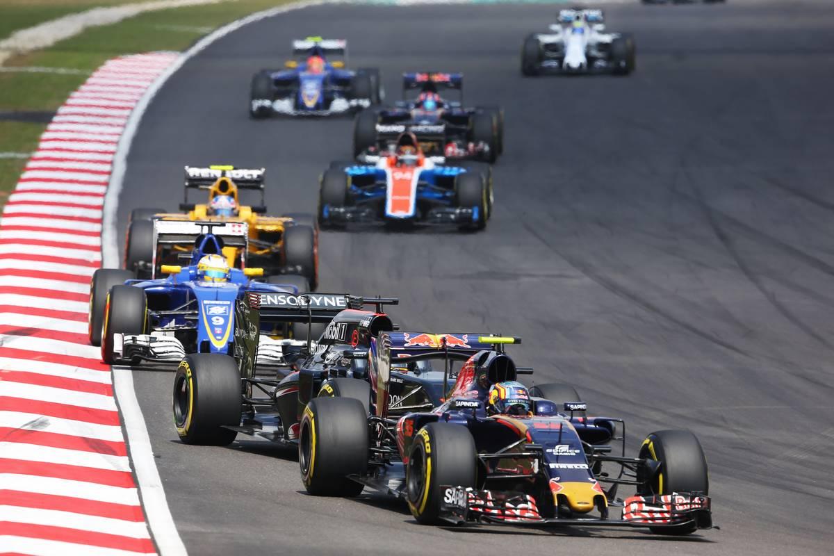 Carlos Sainz Jr (ESP) Scuderia Toro Rosso STR11 leads Fernando Alonso (ESP) McLaren MP4-31.