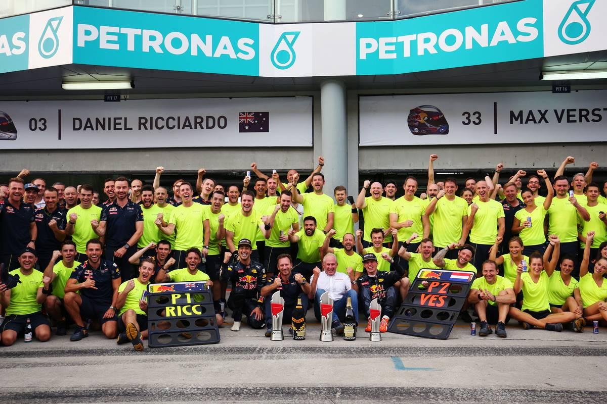 Race winner Daniel Ricciardo (AUS) Red Bull Racing celebrates with team mate Max Verstappen (NLD) Red Bull Racing; Christian Horner (GBR) Red Bull Racing Team Principal; Dr Helmut Marko (AUT) Red Bull Motorsport Consultant; and the team.