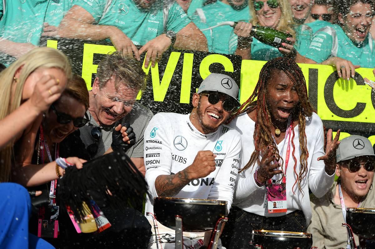 Race winner Lewis Hamilton (GBR) Mercedes AMG F1 celebrates with Lindsey Vonn (USA) Former Alpine Ski Racer; Gordon Ramsey (GBR) Celebrity Chef; Venus Williams (USA) Tennis Player, and the team.