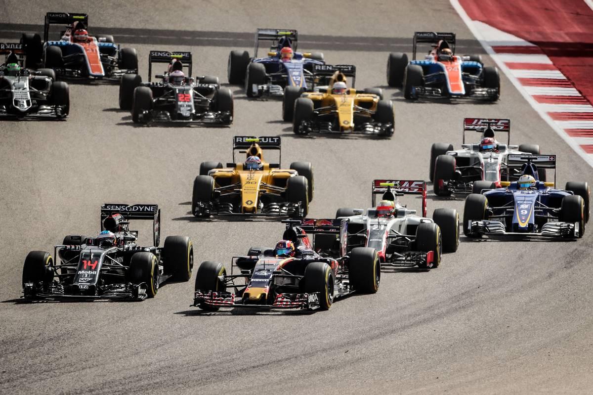 Daniil Kvyat (RUS) Scuderia Toro Rosso STR11 and Fernando Alonso (ESP) McLaren MP4-31 at the start of the race.